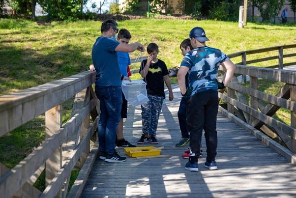 Otroci in dijaki v manjših skupinah z njihovimi mentorji ob slovenskih rekah raziskujejo plastične odpadke. Foto: Katja Sreš