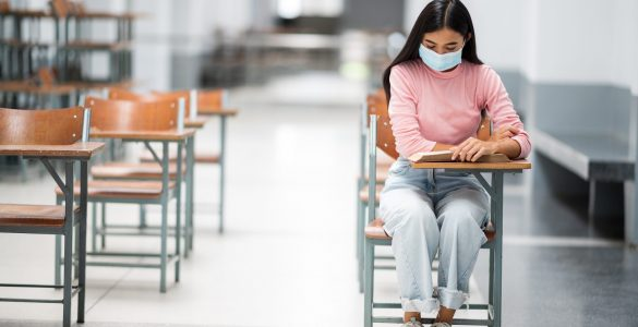 V srednjih šolah in na fakultetah se je še vedno treba držati omejitev oziroma priporočil glede vzdrževanja razdalje in drugih higienskih ukrepov. Vir: Freepik