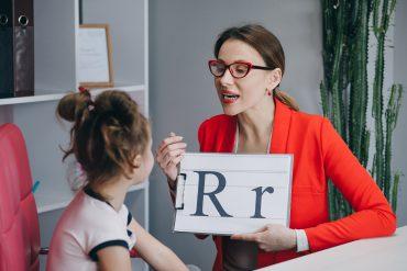 Če starši vztrajajo, da se mora otrok naučiti računati, mu morajo napisati dodatne račune. Če hočejo, da bo znal pravilno napisati črke, ga morajo naučiti potez, seveda, če to obvladajo. Starši prevzemajo vlogo učiteljev. Vir: Freepik