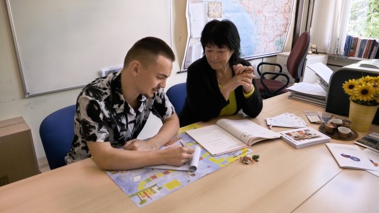 Altinu, ki je pred dvema letoma prišel s Kosova na Jesenice, pri učenju pomaga tudi Nataša Vrtačnik, multiplikatorka v programu Izzivi medkulturnega sobivanja. Foto: Anže Sobočan
