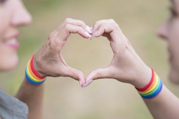 LGBTI+ mladi pogosto mislijo, da so edini, ki se soočajo s vprašanji naklonjenosti do istega spola ali pa s sprejemanjem lastnih teles in želenih načinov izražanja svoje identitete. Zato je pomembno, da obstajajo v njihovih življenjih pomembni odrasli - vzorniki. Vir: Freepik