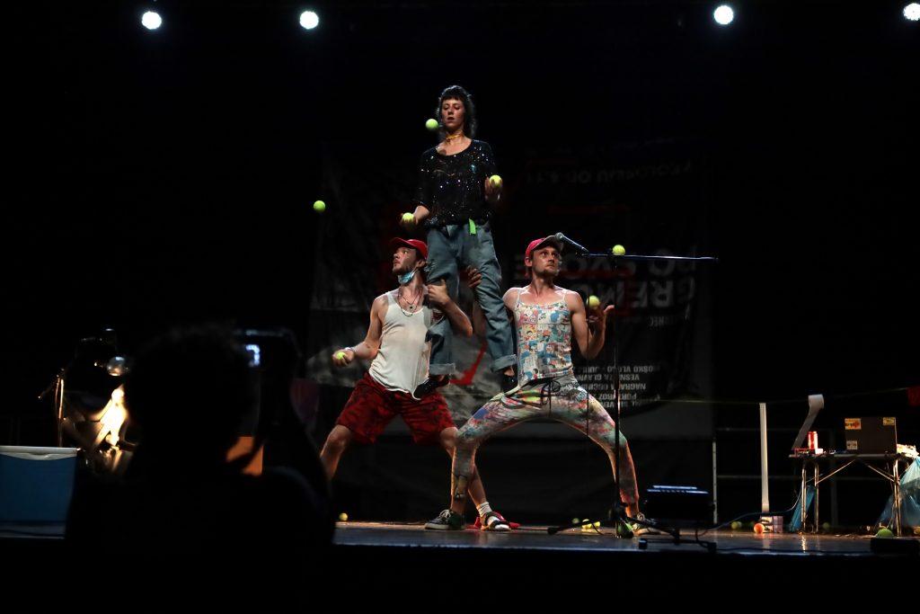 Čarobnost akrobatov boste lahko opazovali kot gledalci ali pa se jim pridružili na odru. Vir: Zavod Buffeto