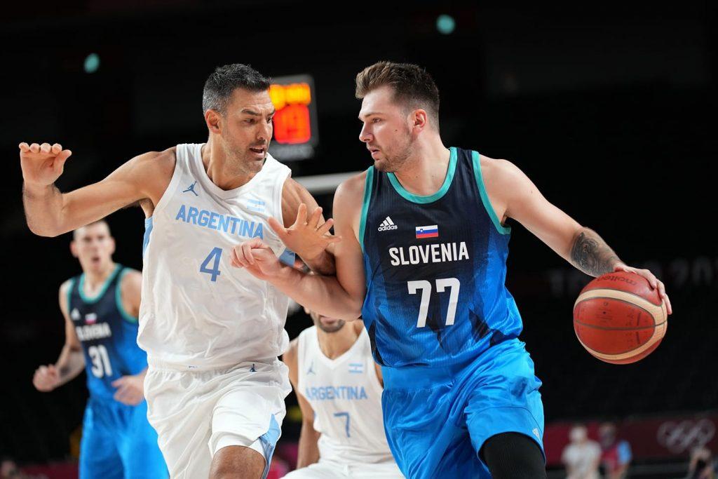 Luka Dončić na tekmi z Argentino. Vir: OKS