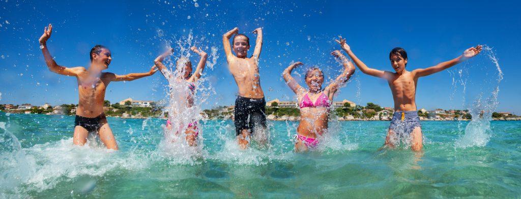 Društva, združena v ZPMS, otroke vozijo na počitnice v Slovenijo in na Hrvaško. Vir: Adobe Stock