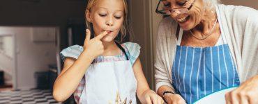 Kuhanje z dedki in babicami je lahko poučno in zabavno. Vir. Adobe Stock