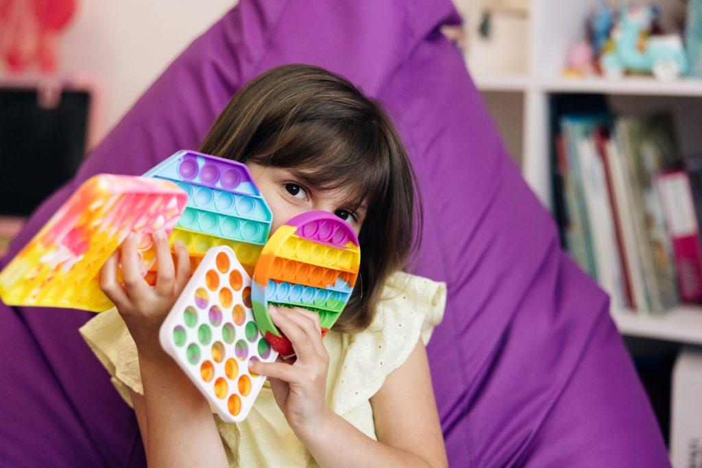 Vsako leto so med otroki priljubljene druge igračke. A stare se zato prehitro znajdejo v smeteh. Vir: Freepik