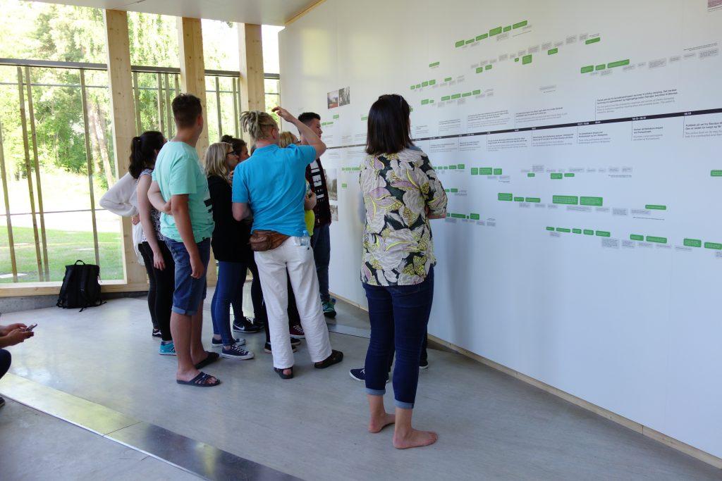 Udeleženci so ogledujejo časovnico dogodkov v učnem središču na otoku. Vir: EWC