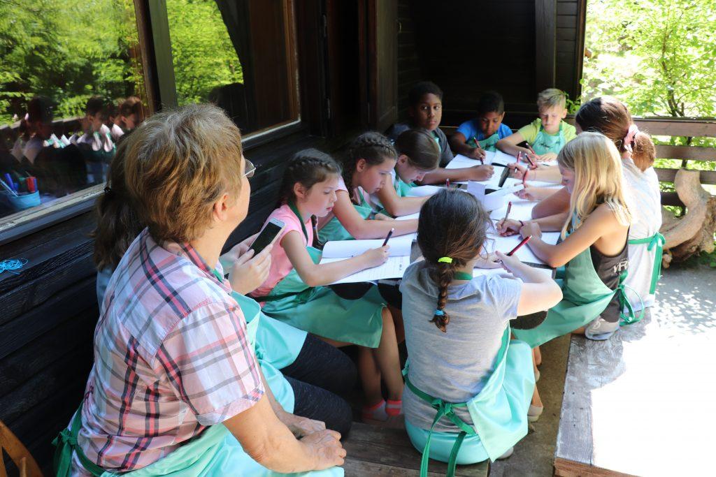 Otroci in stari starši so se družili na kuharskem vikendu na Rakitni. Vir: arhiv Slovenske karitas