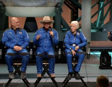 Štirje vesoljski potniki po pristanku. Vir: Posnetek zaslona/Blue Origin