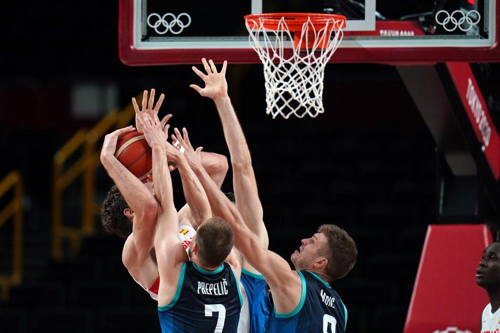 Slovenci so med napeto tekmo vodili le šest minut, a so na koncu vseeno premagali svetovne prvake Špance. Vir: OKS