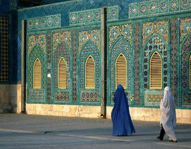Tudi svobodomiselne ženske bodo pod talibani morale nositi burko. Vir: Adobe Stock