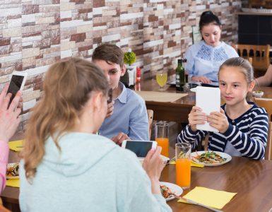 Vse več družin preživi vse več časa na napravah. Vir: Adobe Stock