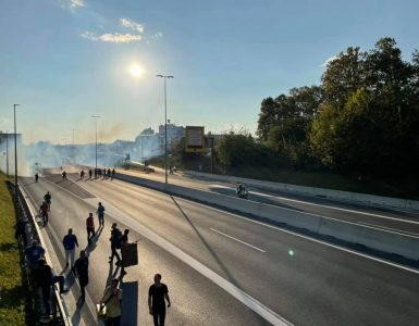 Protestniki so zasedli severno ljubljansko obvoznico. Foto: Sonja Merljak