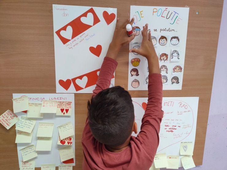 Učenci so zapisovali, kaj jim pomeni ljubezen. Vir: osebni arhiv