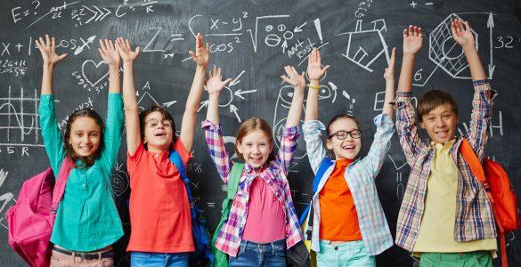 Postavite si cilj, da boste v novem šolskem letu dali vse od sebe kot otroci, prijatelji in učenci ter da si boste takrat, ko bo morda zaškripalo, hitro poiskali objem in pomoč, svetuje Mojca Juriševič. Vir: Adobe Stock