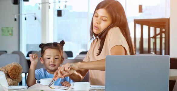 Koliko je tistih med nami, ki v času družinskega obroka odložimo telefone daleč stran od mize, jih utišamo ali celo ugasnemo? Vir: Adobe Stock