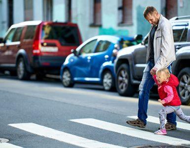 Leta 2020 je bilo, v primerjavi z 2019, največje povečanje števila smrti ravno pri najmlajših udeležencih v prometu. Zdaj, ko se vračajo v šolo, moramo biti nanje še posebej pozorni. Vir: Freepik