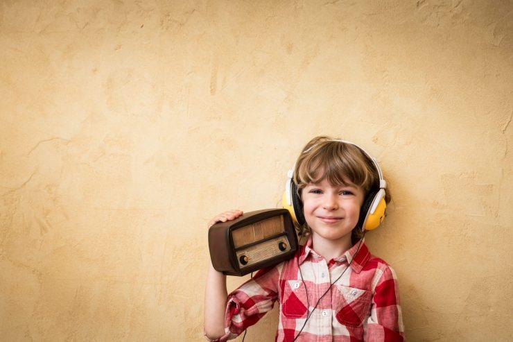 Na prvem programu Radia Slovenija vsako nedeljsko jutro predvajajo igro za otroke. Vir: Freepik