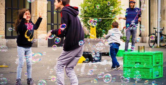 Otrokom bi morali zagotoviti kolikor toliko normalno otroštvo. Vir: Pixabay
