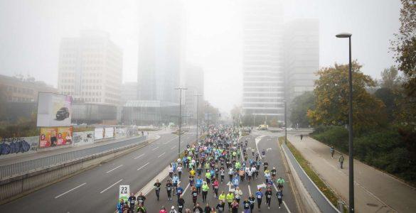 Tekači na 25. Ljubljanskem maratonu so štartali v megli, a so jo nato uspešno pregnali. Foto: Anže Malovrh/STA