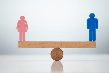 Ženskam so koronačasi prinesli še več domačih zadolžitev ter jih v boju za enakost med spoloma premaknili korak nazaj. Vir: Adobe Stock
