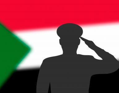 General Abdul Fatah al Burhan je prek televizije sporočil, da je sudanska prehodna vlada razpuščena in da so razglašene izredne razmere. Napovedal je, da bo vojska oblast predala po volitvah junija 2023. Vir: Adobe Stock