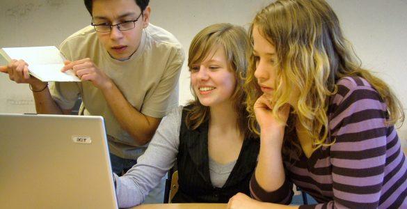 Mlajše generacije so bolj vešče pri uporabi računalniškega znanja za obdelavo podatkov, kot si marsikdo predstavlja. Vir: Wikimedia Commons