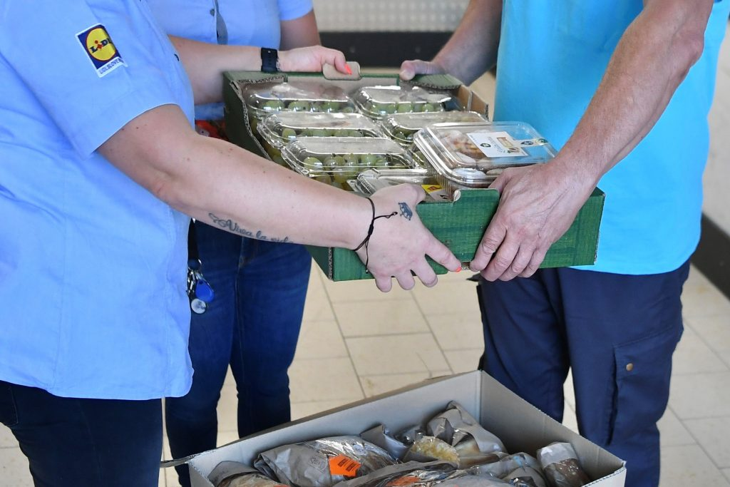 Predaja donirane hrane. Vir: Lidl Slovenija