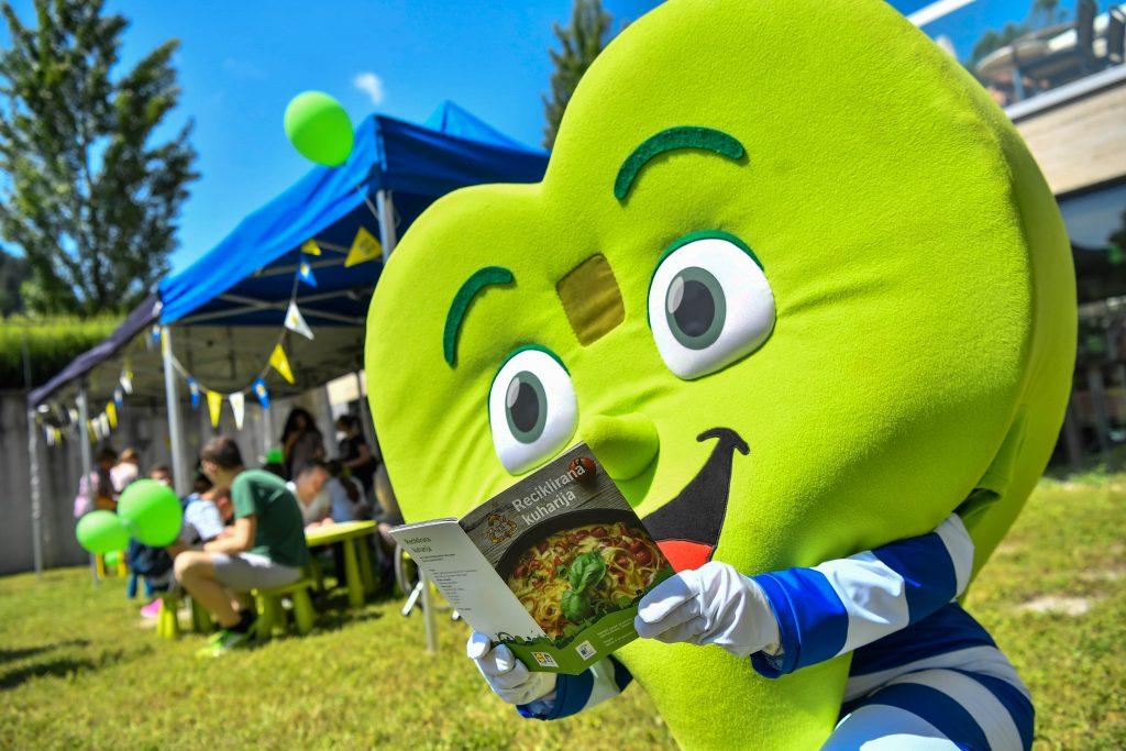 Vsako leto izide knjižica receptov Reciklirana kuharija. V rokah jo drži maskota Lidla Slovenija, Zdravko Lidl. Vir: Lidl Slovenija