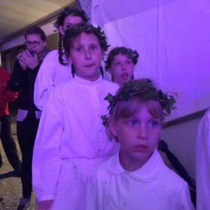 Mlade folkloristke čakajo na nastop.