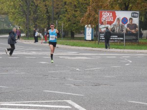 Zmagovalec teka na 21 kilometrov Rok Puhar na 9. kilometru