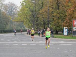Prvi belopolti tekmovalec Oleg Gregorijev iz Rusije na 9. kilometru, za njim prvi Slovenec Mitja Kosovelj.